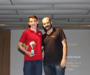Prêmio de Melhor Ator 3º ano - Wagner Bujak, entregue pelo prof.Maurício Alves de Campos