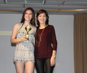 Prêmio de Melhor Atriz 1º ano - Mariana Vuaden, entregue pela profª Janete Martins Timm — em Colégio Santa Doroteia.