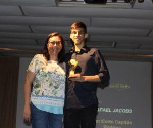 Prêmio de Melhor Diretor 1º ano - Rafael Jacobs, entregue pela Orientadora Janaina Herborn