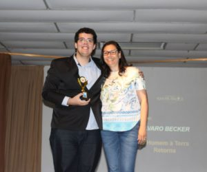 Prêmio de Melhor Diretor 3º ano - Álvaro Guglielmin Becker, entregue pela Orientadora Janaina Herborn — em Colégio Santa Doroteia.